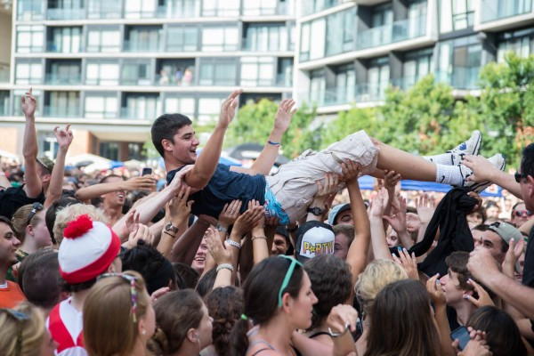Capital Cities crowd surfers | © Erika Reinsel